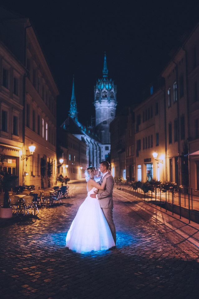 Fotograf Hochzeit Lutherstadt Wittenberg Paar vor Schlosskirche bei Nacht