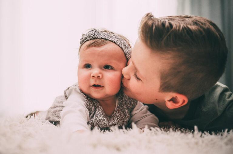 Kinderbild Bruder küsst Schwester